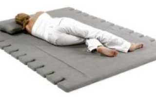 Полезно ли лежать на полу для спины